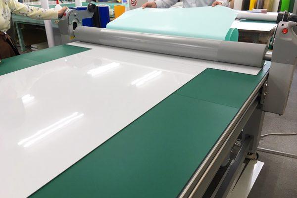 東京営業所でシート貼り機導入しました